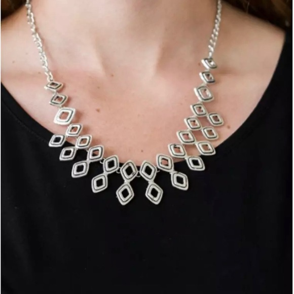 """A NEW PAPARAZZI """"GEOCENTRIC"""" SILVER NECKLACE"""
